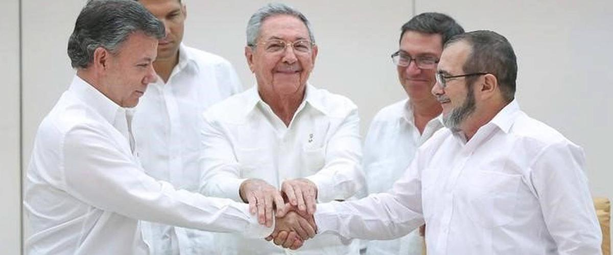 Leaders from the Colombian government and FARC sign a peace treaty